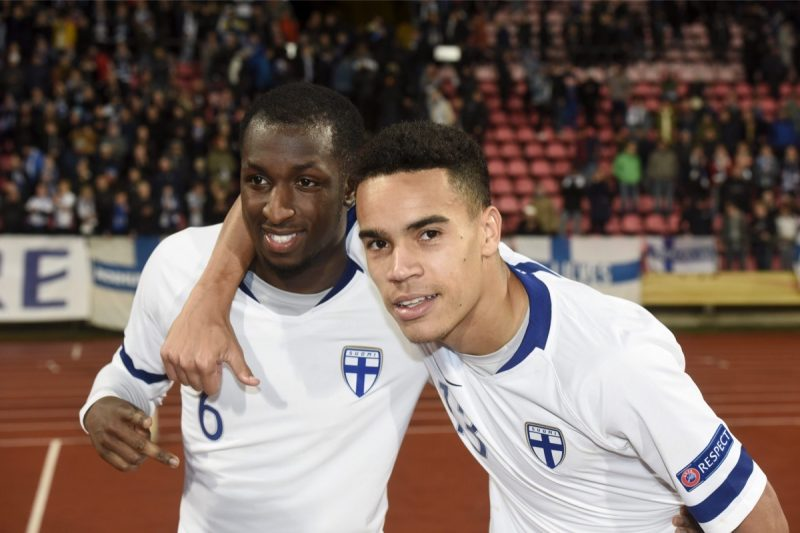 Die Finnen Glen Kamara (L) und Pyry Soiri freuen sich beim 2:0 Sieg in der UEFA Nations League ggegen Griechenland am 15. Oktober 2018. (Photo by Heikki Saukkomaa / Lehtikuva / AFP)