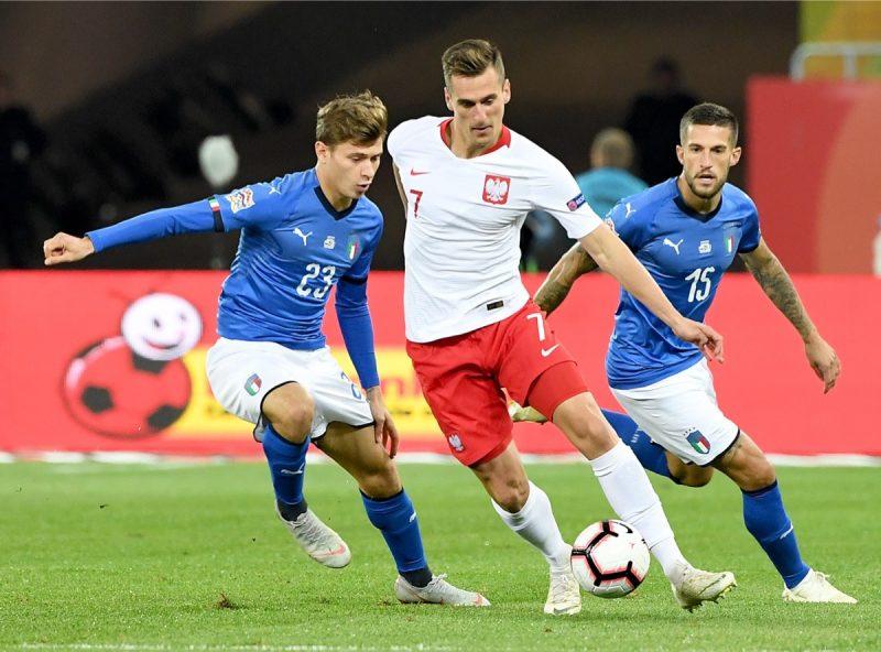 Italiens Nicolo Barella aund Cristiano Biraghi (L) gegen den Polen Arkadiusz Milik beim UEFA Nations League Spiel am 4.Spieltag am 14.Oktober 2018. Italien gewinnt mit 1:0. (Photo by Janek SKARZYNSKI / AFP)